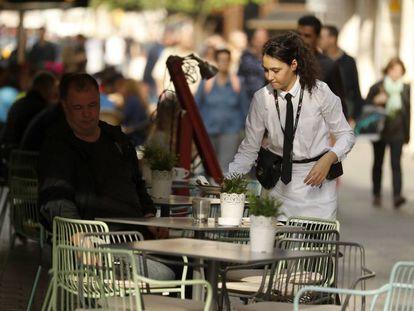 Una camarera, en Barcelona. La hostelería paga los sueldos más bajos.