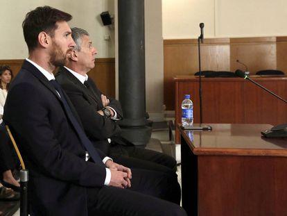 El jugador del FC Barcelona Lionel Messi y su padre, Jorge Horacio Messi en la sala de la Audiencia de Barcelona.