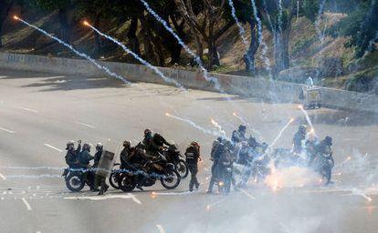 Agentes de la Guardia Nacional Bolivariana, durante las protestas contra el régimen de Nicolás Maduro, ayer en Caracas.