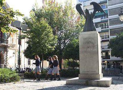 Monumento a José Antonio Primo de Rivera, en pleno centro de Granada.