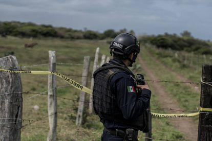 Un policía hace guardia ante el cementerio clandestino de Arbolillo (en el Estado de Veracruz, México) el pasado 30 de enero.