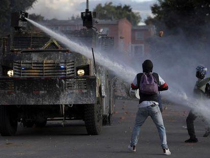 Manifestantes se enfrentan a la policía como parte de las protestas contra el Gobierno de Iván Duque, en Bogotá, el 29 de junio.