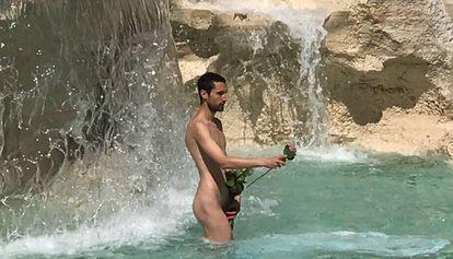 Adrián Pino, durante una 'performance' en la Fontana di Trevi