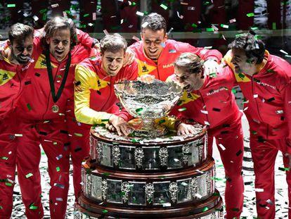 Granollers, Feliciano, Carreño, Bautista, Nadal y Bruguera posan con la Ensaladera. En vídeo, declaraciones de Rafa tras la final.