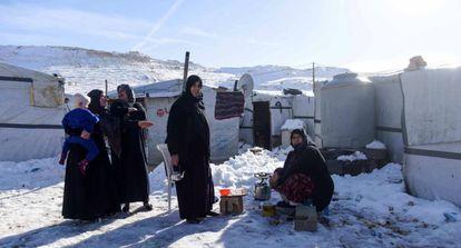 Varias mujeres en los asetamientos de Arsal este viernes.