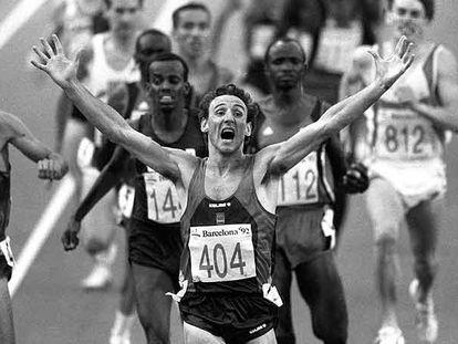 Fermín Cacho celebra su victoria en los 1.500 metros en los Juegos Olímpicos de Barcelona.