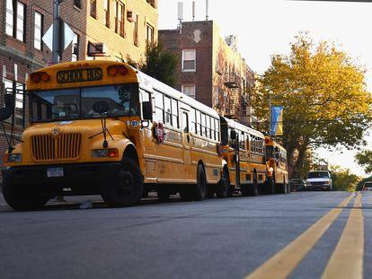 Autobuses escolares a la puerta de un colegio de Brooklyn (Nueva York), el pasado 6 de octubre.