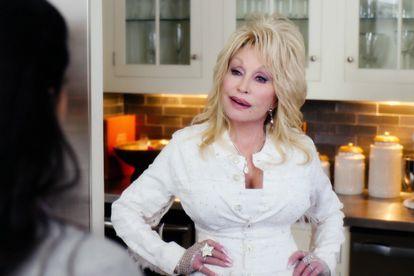 La cantante Dolly Parton en un fotograma de una película navideña, en diciembre de 2020.