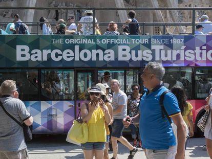 Turistas visitan la Sagrada Familia de Barcelona.