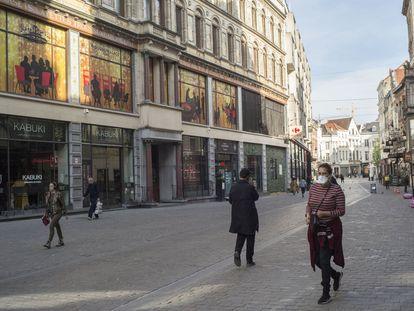 Transeúntes en el boulevard Anspach de Bruselas.