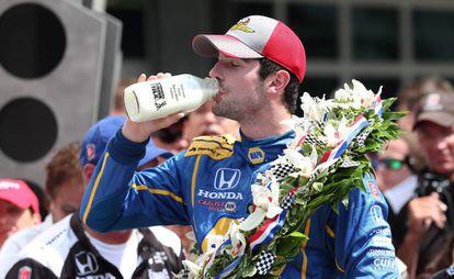 Alexander Rossi celebra el triunfo con una botella de leche.