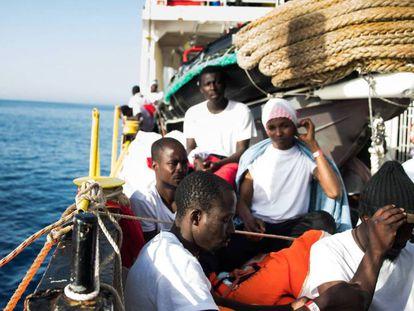 Varios migrantes, a bordo del 'Aquarius'.