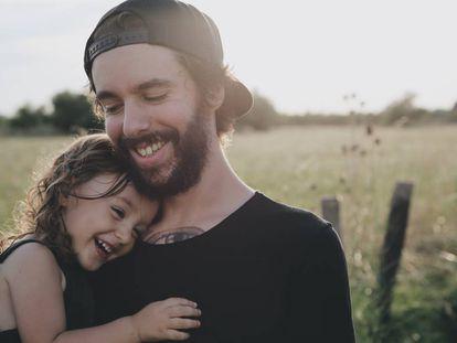 Un padre y su hija se divierten.