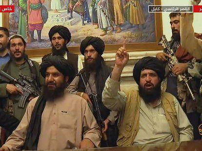 Un grupo de talibanes, en el palacio presidencial de Kabul, en una imagen de Al Jazeera emitida el 16 de agosto.