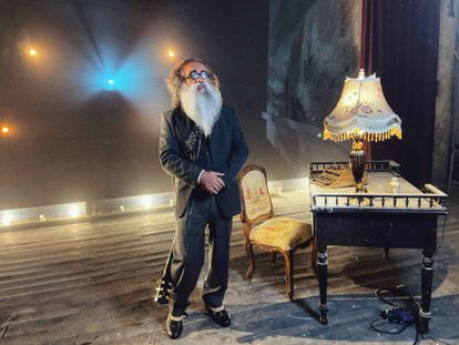 Teo Cardalda, caracterizado como Valle-Inclán en el vídeo musical de 'La rosa del reloj'.