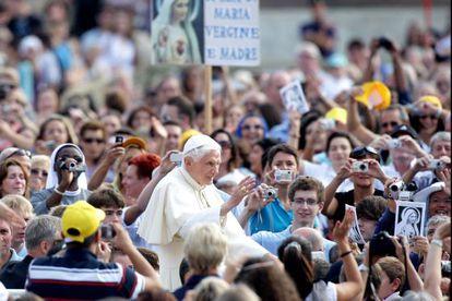 Benedicto XVI saluda a los asistentes a la Audiencia General en Roma.