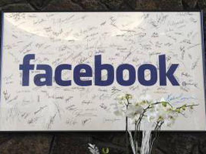 Imagen una placa con la firma de los primeros 200 empleados de Facebook en la sede de la empresa en Palo Alto (CA, EEUU). EFE/Archivo