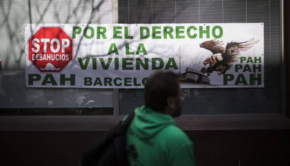 Protesta de la PAH ante las oficinas de vivienda del Ayuntamiento de Barcelona.