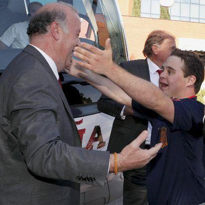 El seleccionador Vicente del Bosque recibe el abrazo emocionado de su hijo Álvaro.