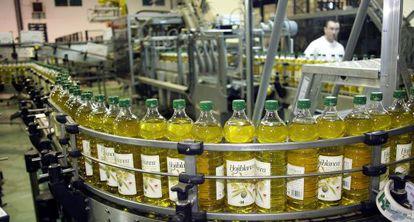 Planta de envasado de aceite de oliva de la cooperativa Hojiblanca.