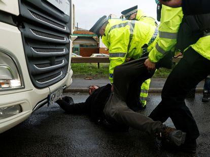 Agentes de policía detienen a un camionero en el puerto de Dover, este miércoles.