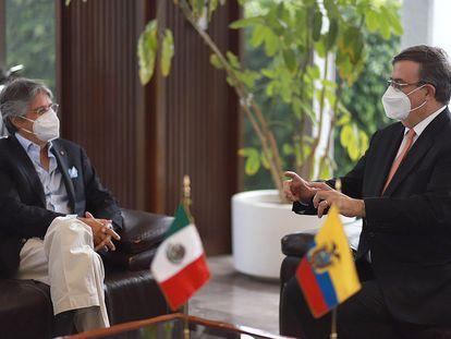 El titular de Exteriores de México, Marcelo Ebrard (derecha), durante una reunión con el presidente de Ecuador, Guillermo Lasso, en Ciudad de México.