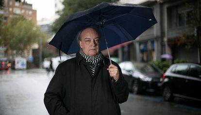 Enrique Vila-Matas, bajo la lluvia, en Barcelona.