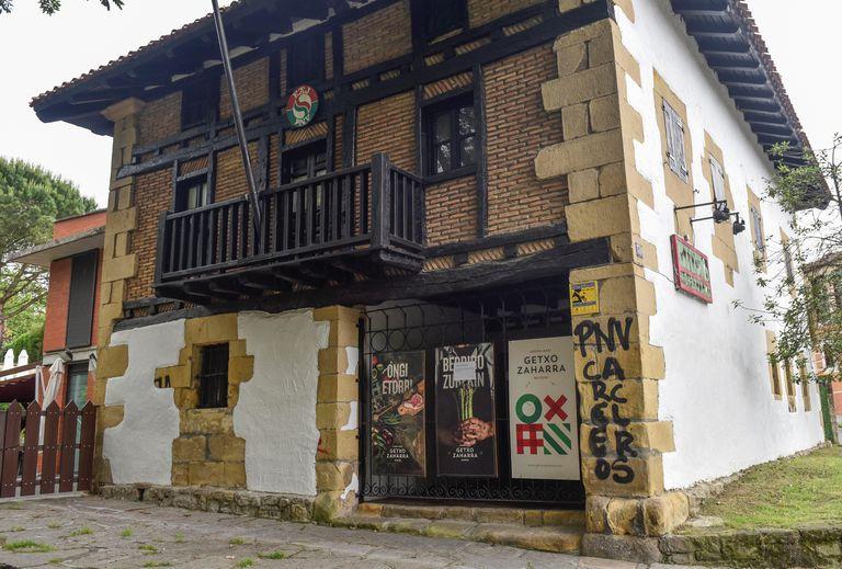 Pintadas contra el PNV aparecidas este jueves en la fachada del 'batzoki' de Getxo (Bizkaia) en apoyo a la protesta del preso etarra Patxi Ruiz.