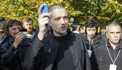 El líder opositor ruso Sergei Udaltsov (centro), frente a uno de los colegios electorales habilitados para elegir el Comité de Coordinación de la oposición.