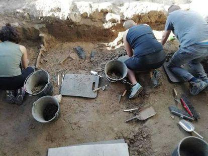 Tres trabajadores de la Asociación de Recuperación de Memoria Histórica durante la exhumación de la fosa en Boadilla.