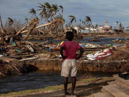 Una mujer contempla el desastre tras los huracanes Iota y Eta en la comunidad de Haulover, Nicaragua, el pasado 28 de noviembre.