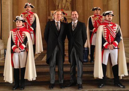 Costos con su marido, Michael Smith, posando con los alabarderos del Palacio Real de Madrid.