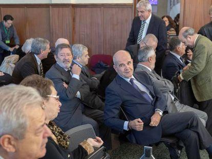 El expresidente Manuel Chaves y la exconsejera Carmen Martínez Aguayo conversan este lunes durante el juicio.