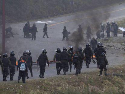 La policía boliviana retoma el control de la carretera, tras dispersar una protesta de cocaleros.