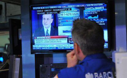 Un operador de Bolsa mira una pantalla en Wall Street.