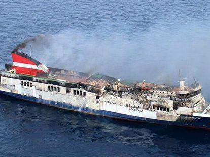 Imagen de este miércoles del Sorrento, con el fuego casi extinguido y las cubiertas quemadas.