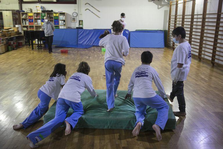 Actividades en el gimnasio de la Escola del Mar de Barcelona, este lunes.