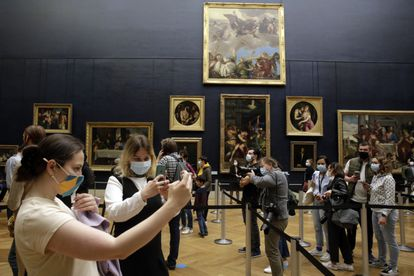 Several people take pictures inside the Louvre Museum, in Paris, this Wednesday.