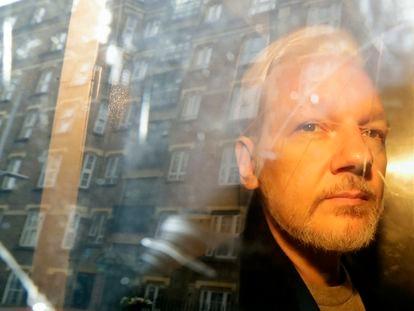 Assange es trasladado desde el tribunal a prisión, en mayo de 2019 en Londres.