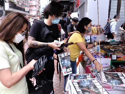 Un grupo de personas compra ejemplares del último número del periódico de Hong Kong Apple Daily, en el centro de la ciudad