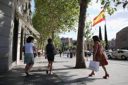 Gente paseando por la calle Serrano. Madrid