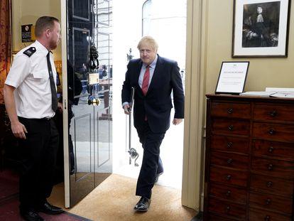 Boris Johnson entra en Downing Street después de dirigirse al país ese lunes.