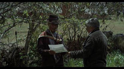 El fotógrafo Óscar Medrano con una autoridad de Huaychao en 'Volver a ver'.