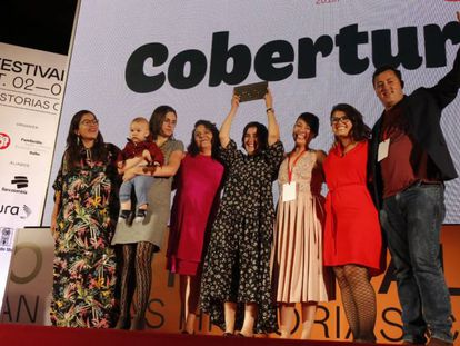 Los autores de 'El país de las dos mil fosas', tras recibir el premio en Cobertura.