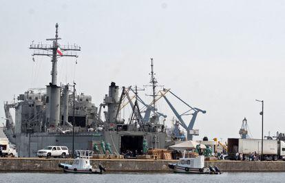 Uno de los barcos con alimentos y suministros médicos que México envía a Cuba, en el puerto de Veracruz.