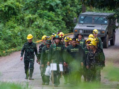 Soldados tailandeses salen de la cueva de Tham Luang (Tailandia) este lunes.