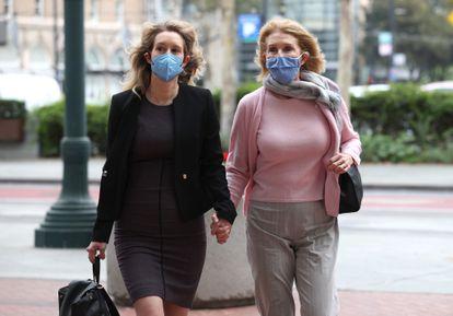 Elizabeth Holmes (izquierda), fundadora de la fallida empresa Theranos, arriba a la corte de San José junto a su madre, Noel.