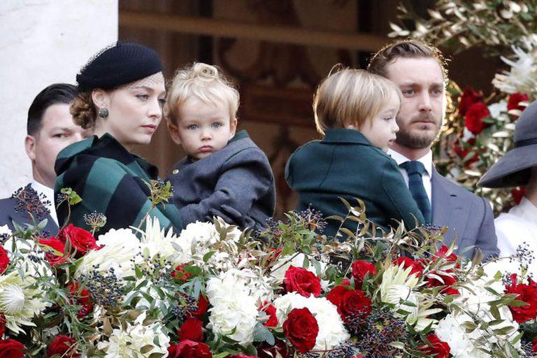Pierre Casiraghi y su esposa Beatrice Borromeo, en el balcón de palacio con sus hijos Francesco y Stefano.