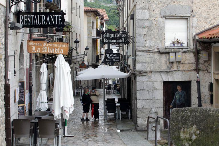Varios restaurantes de Laredo (Cantabria), este martes a la espera de la llegada del turismo vasco.