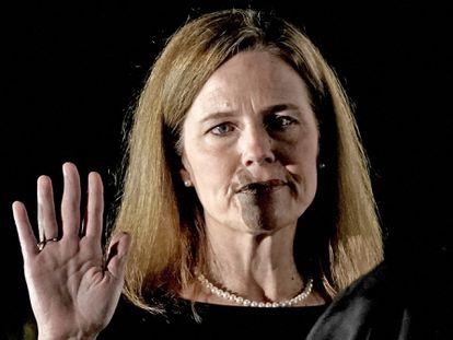 Amy Coney Barrett jura como juez del Tribunal Supremo de EEUU, el 26 de octubre de 2020 en la Casa Blanca.